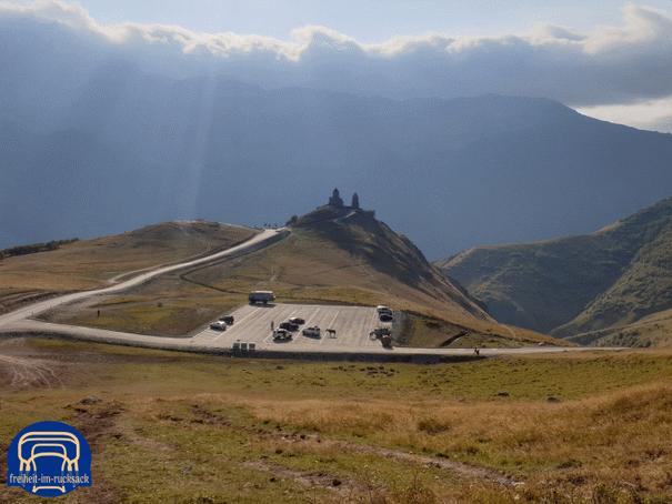 die Gergeti Trinity Kirche, dahinter liegt Kazbegi