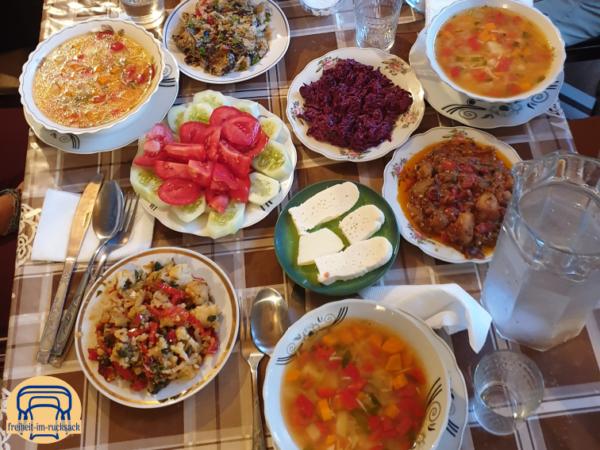 das Essen auf der Wanderung von Mestia nach Uschguli